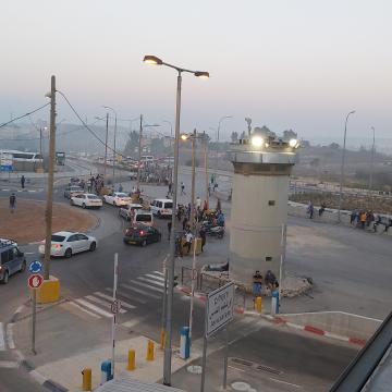 התנועה הבאה מקלנדיה דרך מחסום הרכב משתלבת עם הבאים לאסוף עובדים