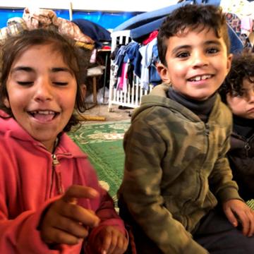 ילדים משחקים בתוך אוהל המגרים