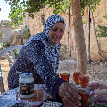 אשת סעד מגישה לנו תה בסוכתם בשושחלה